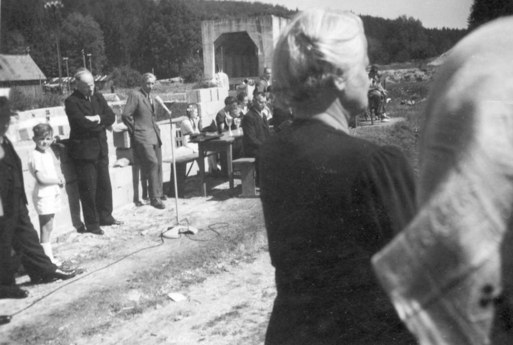 Im schwarzen Anzug: Pfarrer Erwin Langanke im grauen Anzug  Techn. Leiter: Eugen Röscheisen Auf dem Bild sieht man die Grundmauern des sich im Bau befindenten neuen Sportheimes.